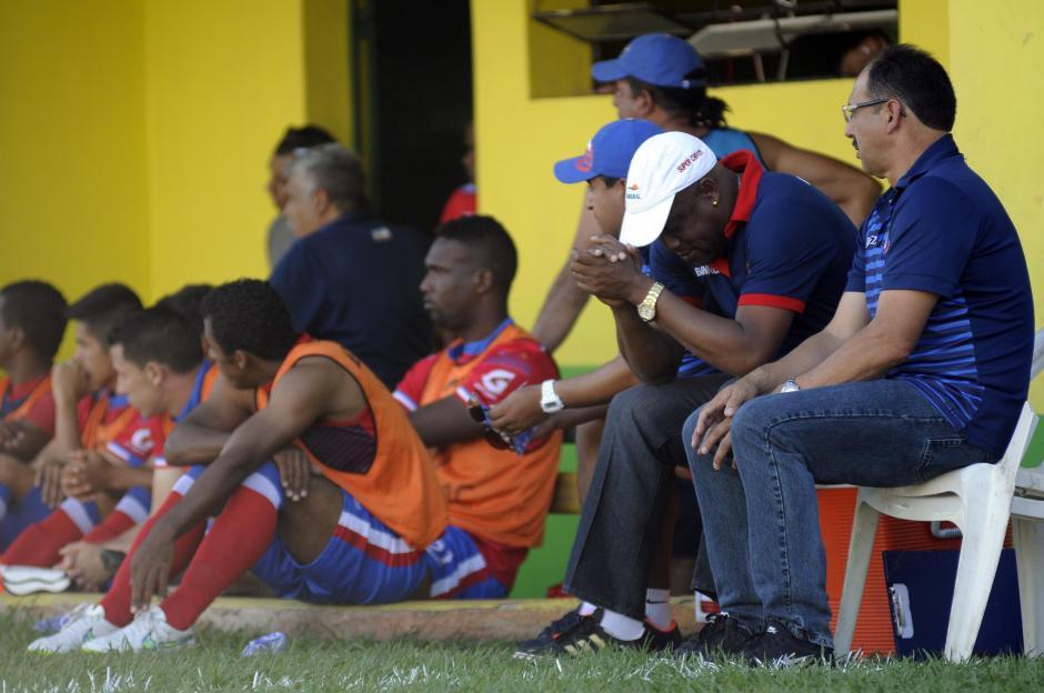 Este era el rostro del banquillo de Xelajú, comandado por el técnico costarricense Hernán Medford, tras caer goleados (3-0) por los guastatoyanos en la semifinal de ida del Torneo Apertura 2015.(Foto: Nuestro Diario)