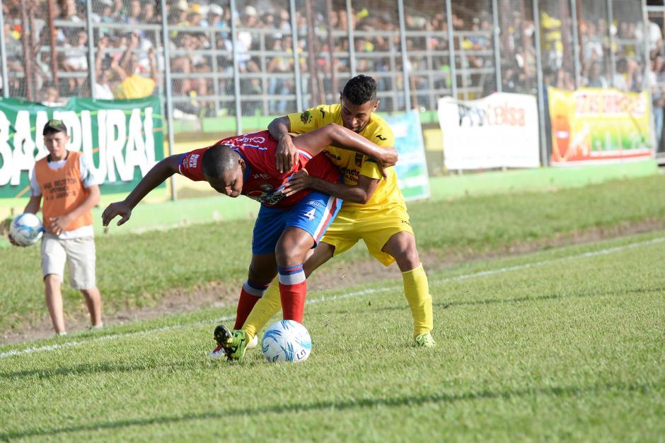 Juliano Rangel y Danilo Guerra pelean por el balón en el medio campo.(Foto: Nuestro Diario)