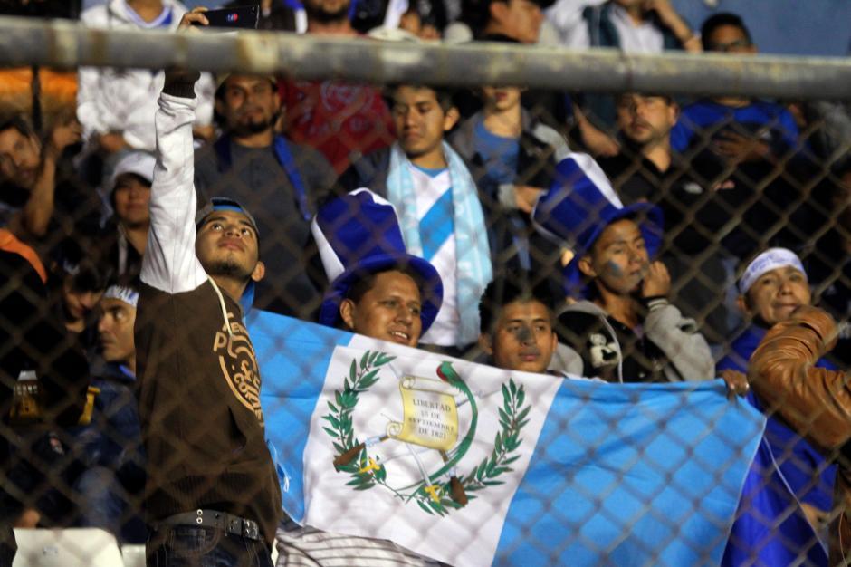 La afición guatemalteca vivió con todo el partido. (Foto: Luis Barrios/Soy502)