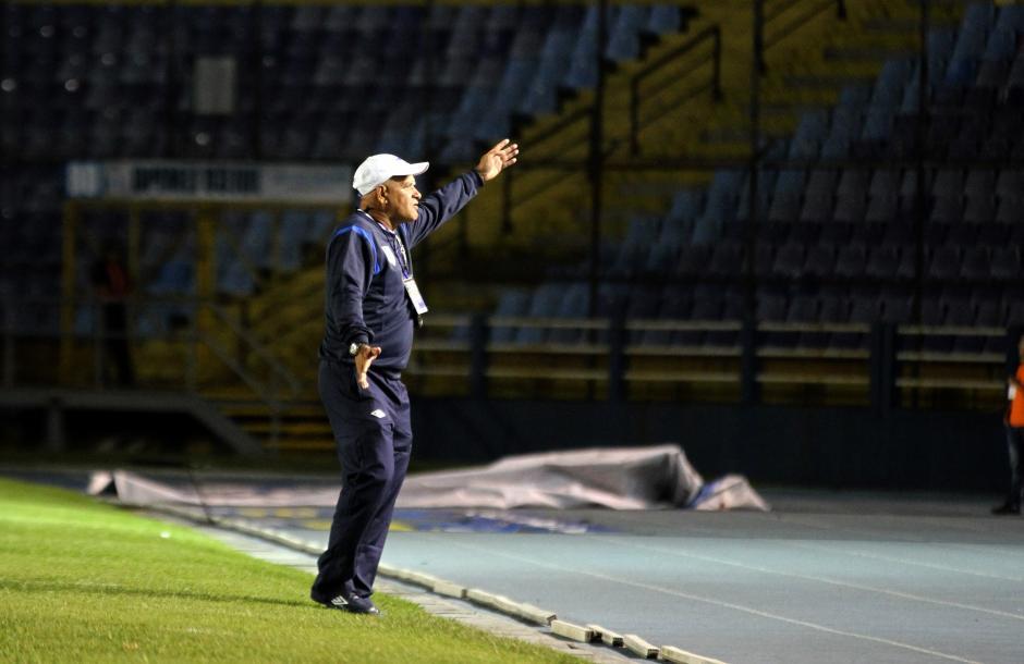 El técnico guatemalteco Walter Claverí daba indicaciones a sus jugadores. (Foto: Luis Barrios/Soy502)