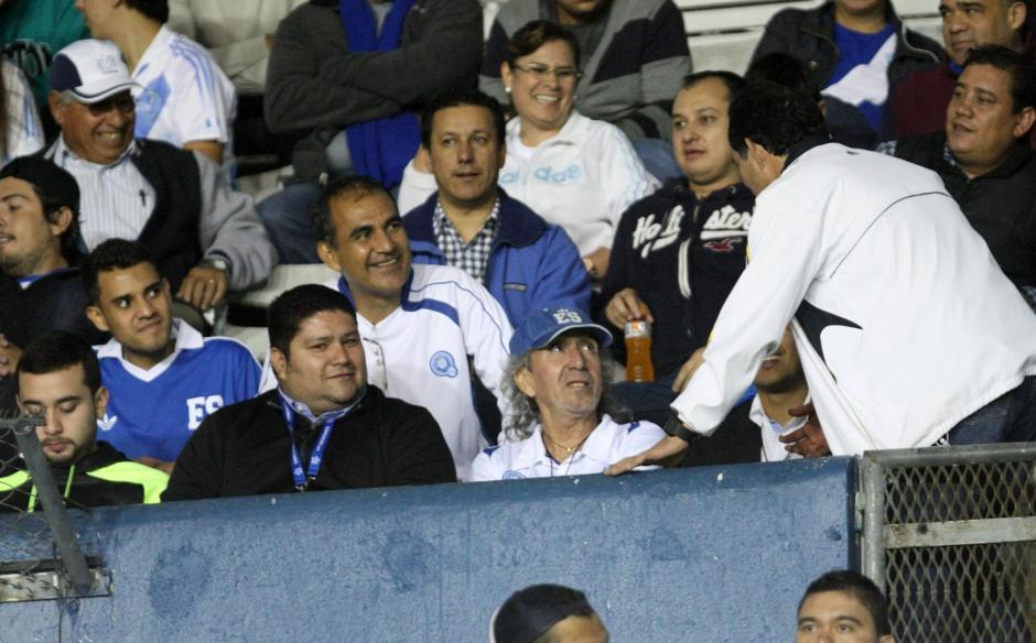 """En el palco del Mateo Flores, Jorge """"el Mágico"""" González fue saludado por los aficionados. (Foto: Luis Barrios/Soy502)"""