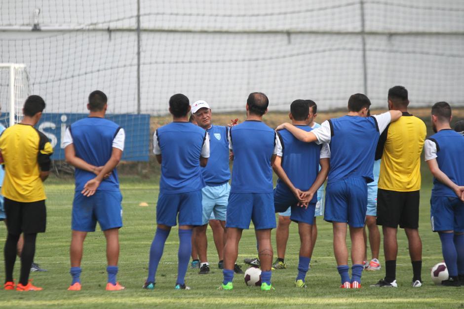 Claverí conversó por varios minutos con los seleccionados, antes de la práctica en el Proyecto Gol. (Foto: Luis Barrios/Soy502)