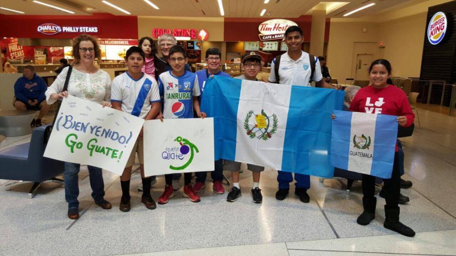 La Selección fue recibida por algunos niños nacidos en Guatemala, pero que viven en Estados Unidos. (Foto: Edson Aldana/Enviado de la ACD)