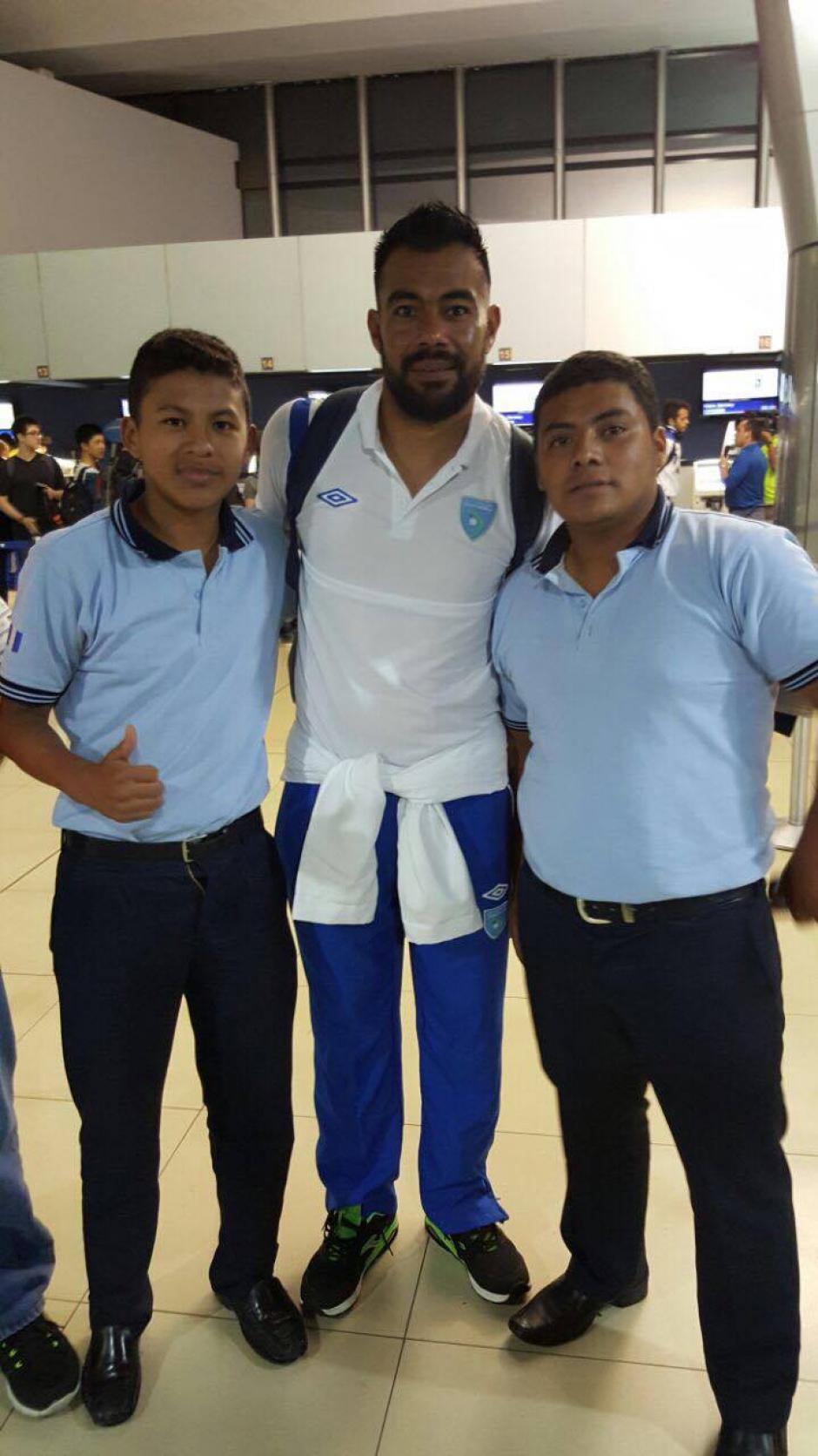 Algunos aficionados y trabajadores en el Aeropuerto La Aurora se tomaron una foto con Paulo Motta. (Foto: Edson Aldana/Enviado de la ACD)