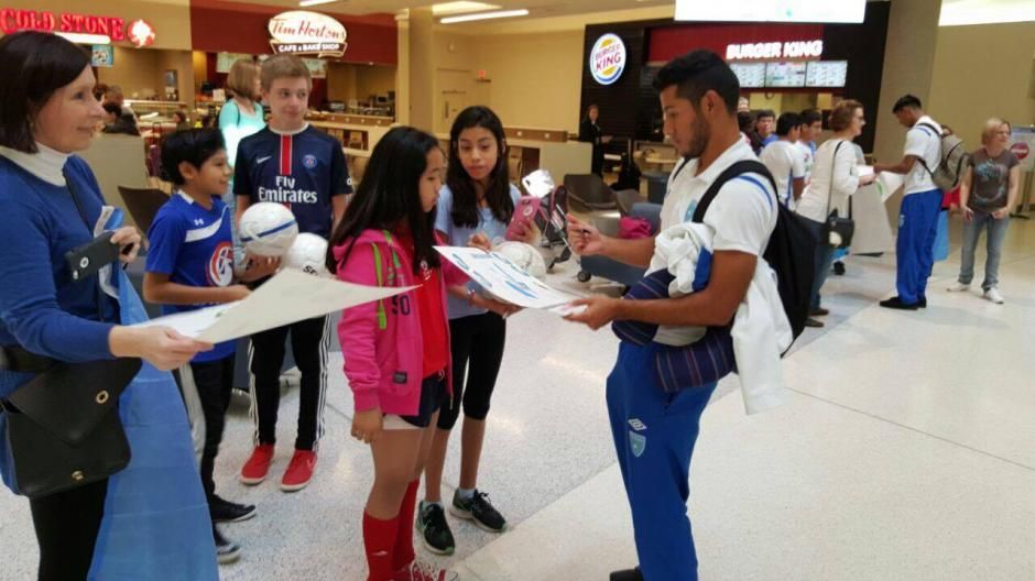 Cristian Jiménez firma algunos autógrafos al llegar a Estados Unidos. (Foto: Edson Aldana/Enviado de la ACD)