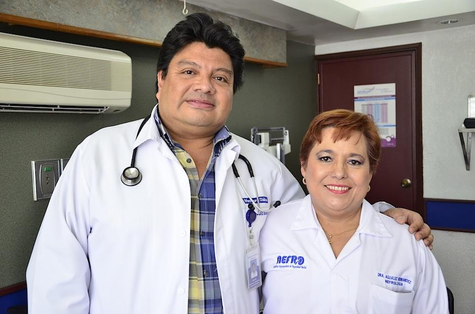 Los nefrólogos Julio Silva y Agualuz Hernández nos hablan del cuidado del riñón. (Foto: Selene Mejía/Soy502)