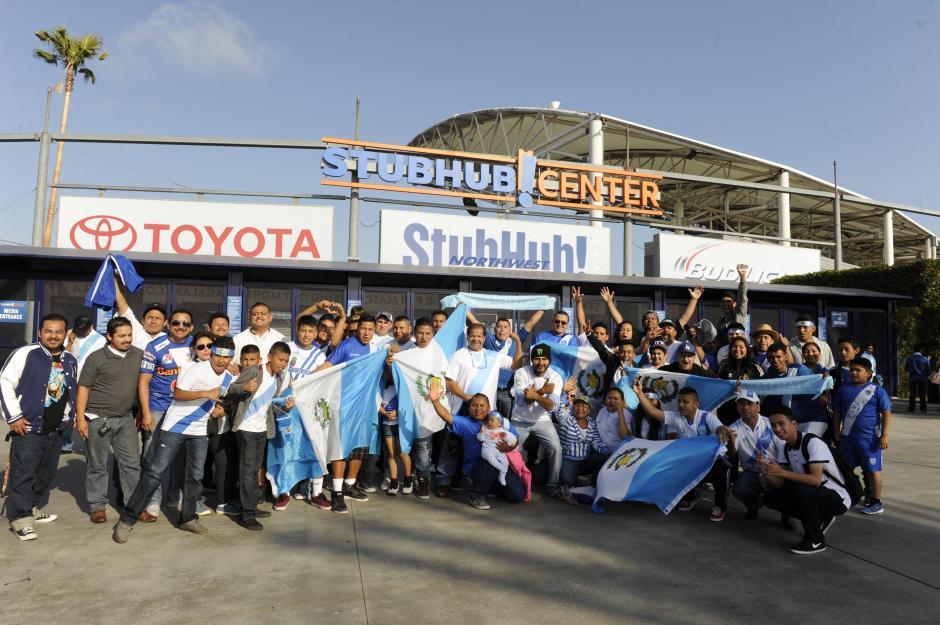 Varios aficionados de la Azul y Blanco apoyaron a la Selección Nacional en el juego amistoso disputado en Los Ángeles. (Foto: Álvaro Yool/Nuestro Diario)