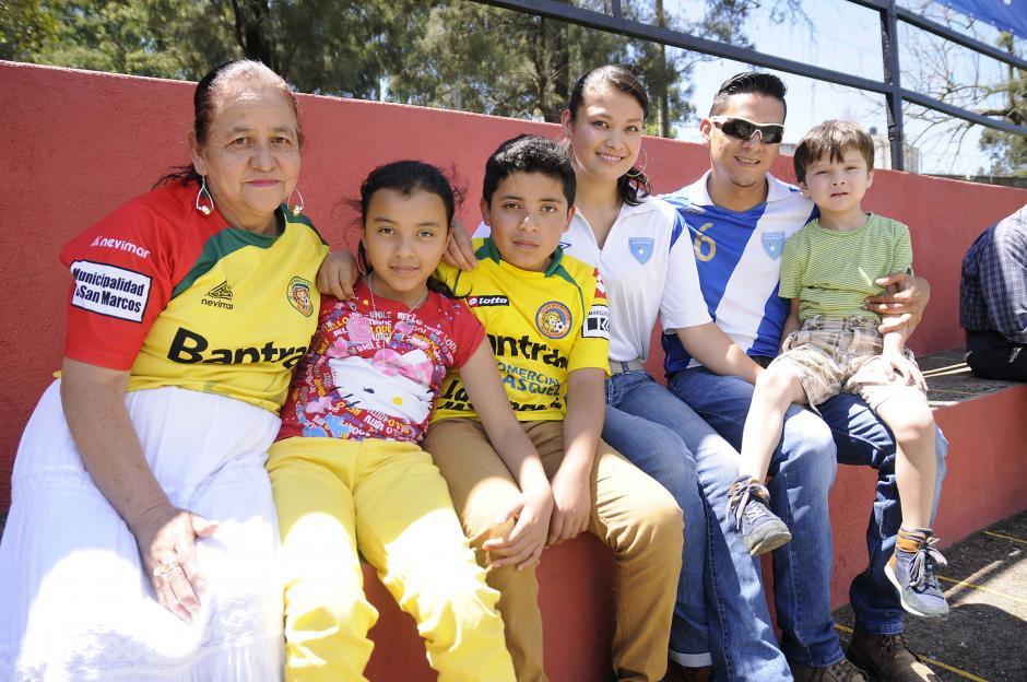 Aficionados y familiares de los jugadores asistieron al recinto de la zona 7 capitalina.(Foto: Orlando Chile/Nuestro Diario)