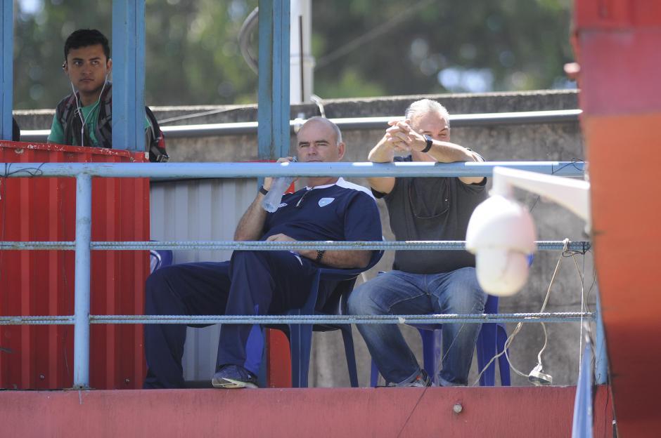 El técnico de la Selección mayor Iván Franco Sopegno, estuvo en los graderíos de El Trébol, acompañado del uruguayo Julio César González.(Foto: Orlando Chile/Nuestro Diario)