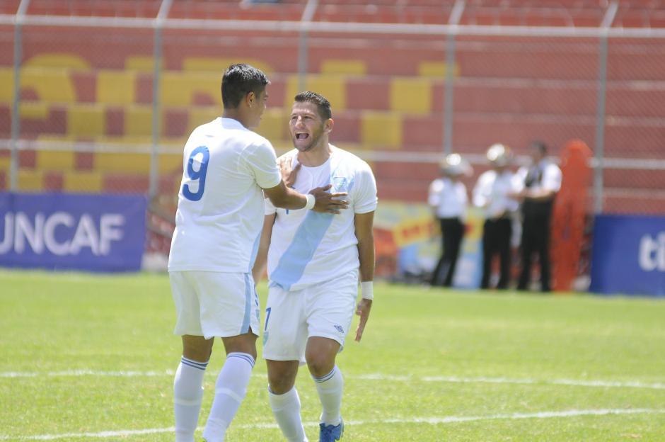 Mauro Portillo (9) felicita a su compañero Junior Andrade, quien anotó doblete en el primer tiempo.(Foto: Orlando Chile/Nuestro Diario)