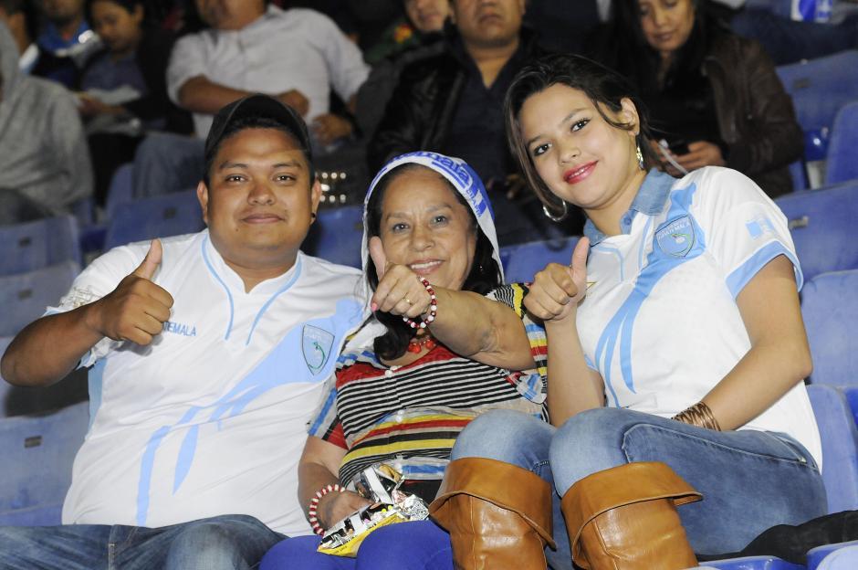 Las familias guatemaltecas asistieron al Estadio Mateo Flores. (Foto: Luis Barrios/Soy502)