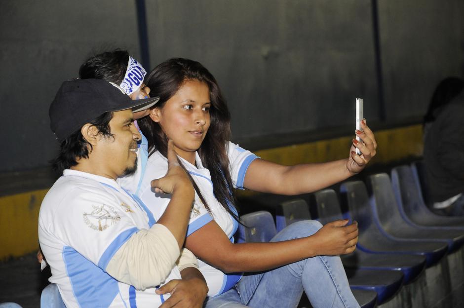 Las selfies en el Estadio no se hicieron esperar. (Foto: Luis Barrios/Soy502)