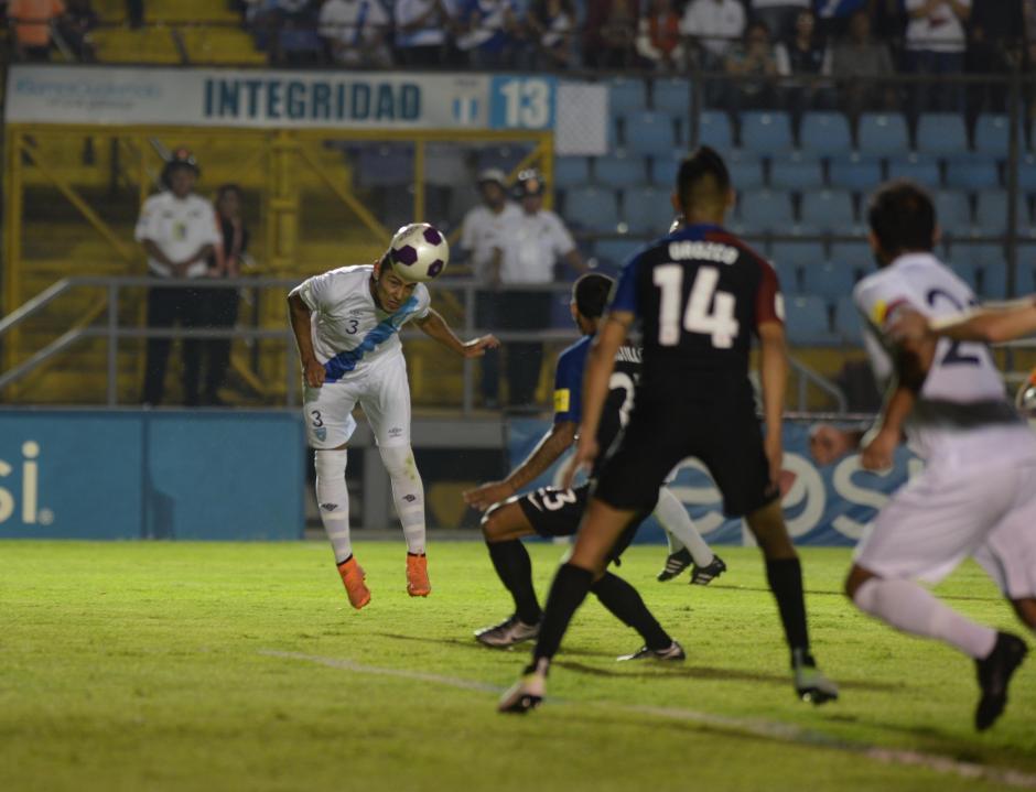 El 3 de la selección, Cristian Jiménez en una jugada importante. (Foto: Diego Galiano/Nuestro Diario)