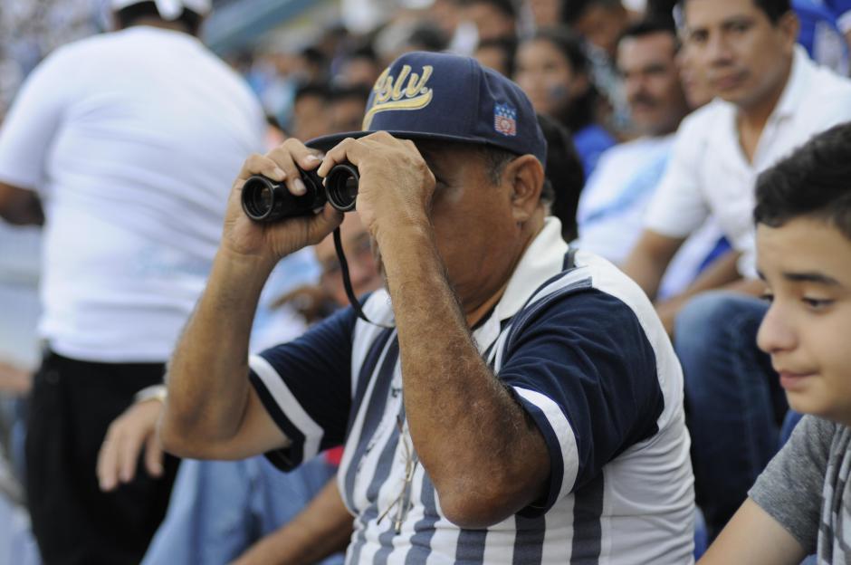 Un aficionado utiliza largavistas para tener una mejor panorámica del juego. (Foto: Orlando Chile/Nuestro Diario)