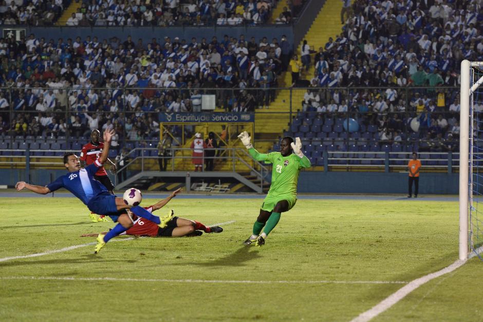 Carlos Ruiz se esforzó por anotar, pero la defensa visitante logró evitar que sus goles se concretaran. (Foto: Nuestro Diario)