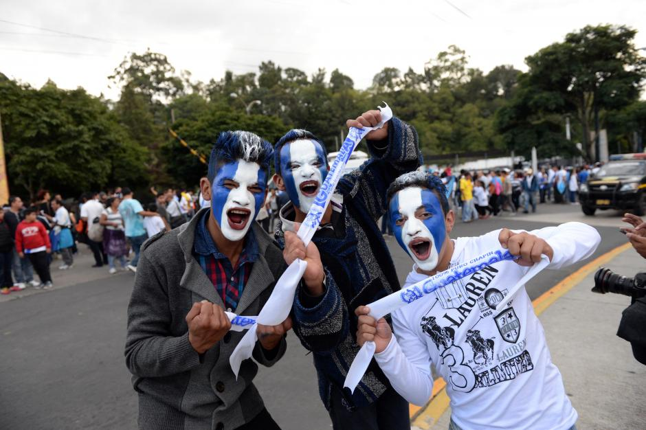 En grupos de amigos los aficionados de Guatemala llegaron al Estadio Nacional Mateo Flores para el partido contra Trinidad y Tobago. (Foto: Nuestro Diario)