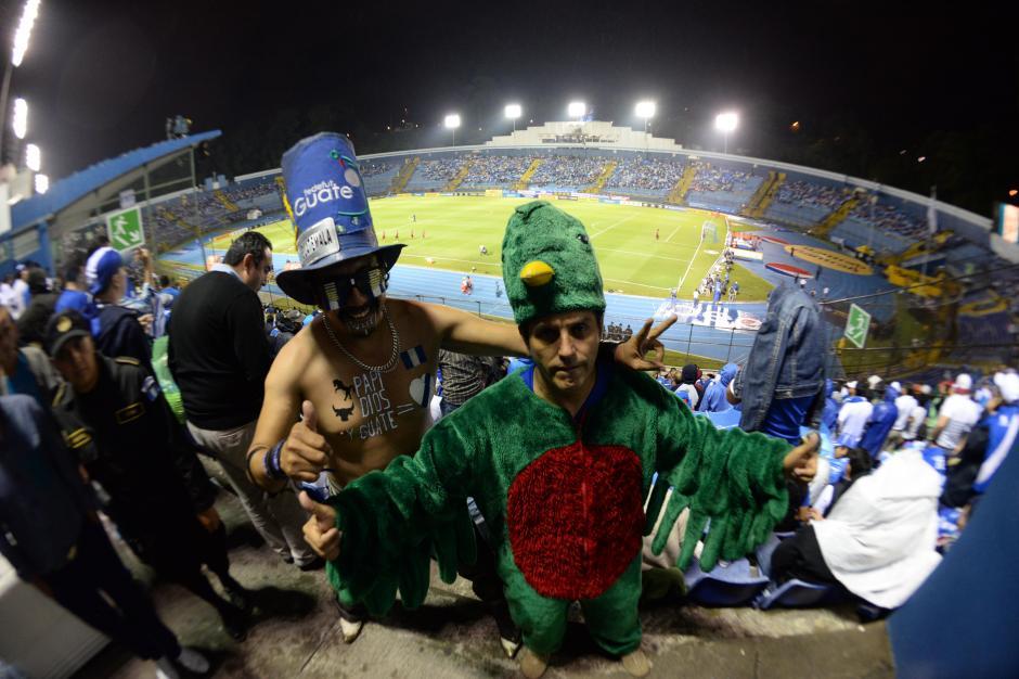 Los aficionados guatemaltecos llegaron al Mateo Flores para apoyar a su selección hasta con atuendos del Ave Nacional. (Foto: Nuestro Diario)