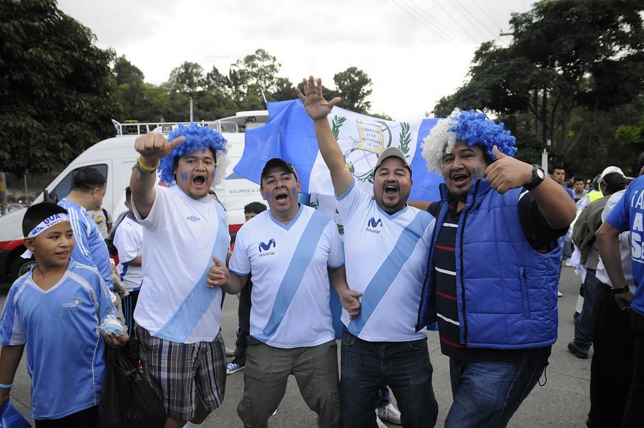En grupos con entusiasmo e ilusión los guatemaltecos apoyan al azul y blanco. (Foto: Nuestro Diario)