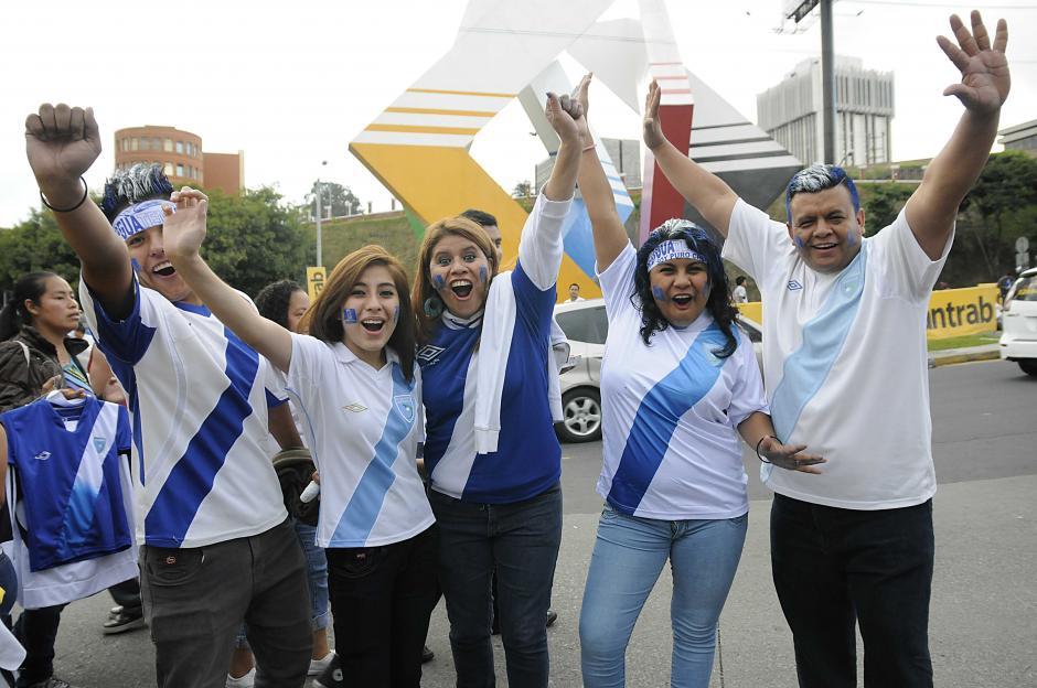 Con camisolas de Guatemala y hasta el cabello pintado decenas de chapines a espera del encuentro por las eliminatorias al Mundial de Rusia. (Foto: Nuestro Diario)
