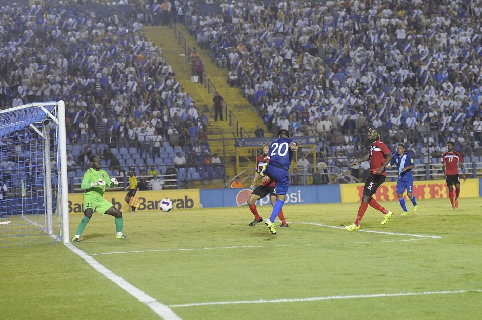 Los esfuerzos de los delanteros guatemaltecos no fueron suficientes para alcanzar la portería rival.(Foto: Nuestro Diario)