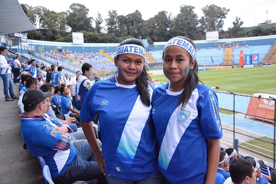 Toda la familia esperó por el partido de Guatemala y Trinidad y Tobago por las eliminatorias mundialistas. (Foto: Nuestro Diario)
