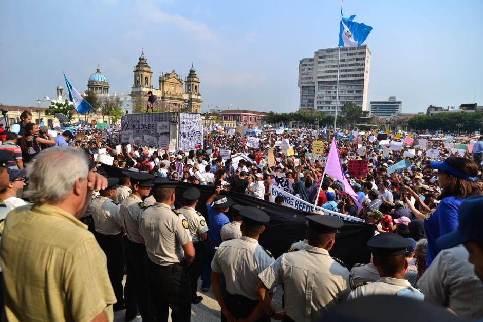 Miles de guatemaltecos llenaron la Plaza de la Constitución. (Foto: Archivo/Soy502)