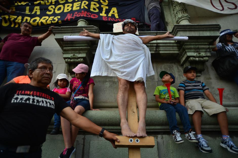 Un manifestante interpretó la crucifixión de Jesús. (Foto: Archivo/Soy502)