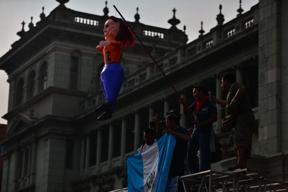 Piñatas alusivas a la exvicepresidenta Baldetti fueron expuestas en la manifestación. (Foto: Archivo/Soy502)