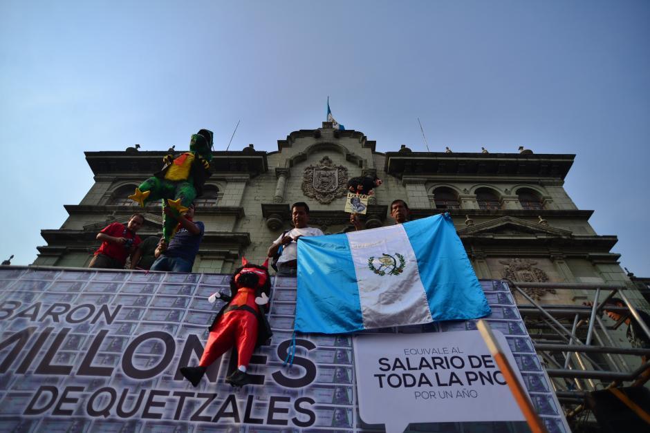 Pancartas y piñatas fueron llevadas por los manifestantes. (Foto: Archivo/Soy502)