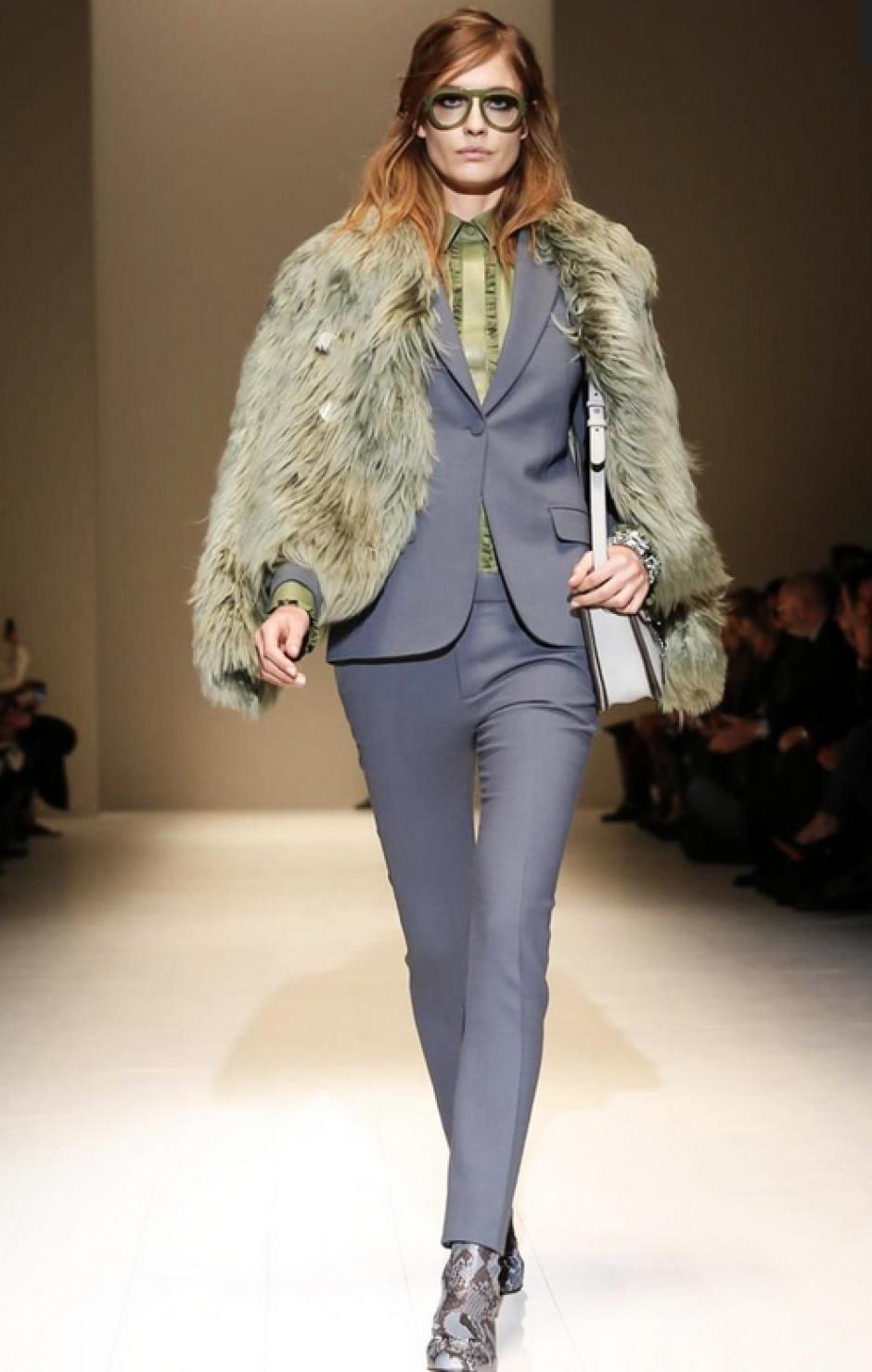 Pantalones pegados, que asemejan el corte masculino son la propuesta de Gucci. (Foto: NowFashion)