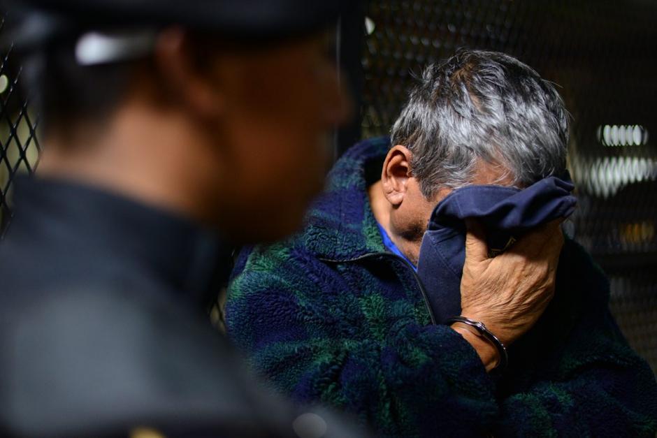Gustavo Rosales García de 72 años, esconde su rostro para no ser retratado. (Foto: Wilder López/Soy502)