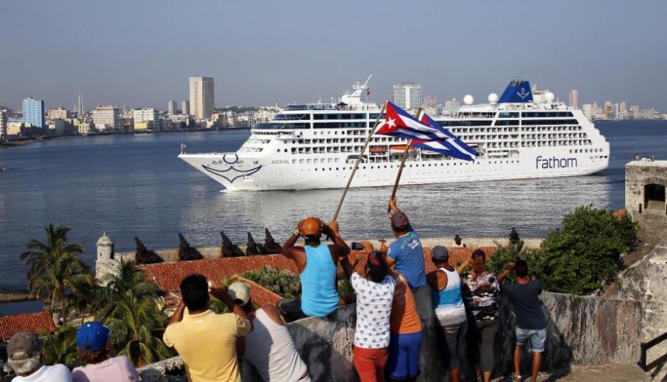 """El arribo del """"Adonia"""" atrajo la mirada de decenas de curiosos que se reunieron en la avenida Malecón y en la zona del antiguo Castillo del Morro. (Foto: EFE)"""