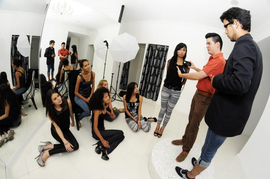 Las chicas reciben clases de modelaje y trabajarán con importantes marcas de maquillaje y cabello.