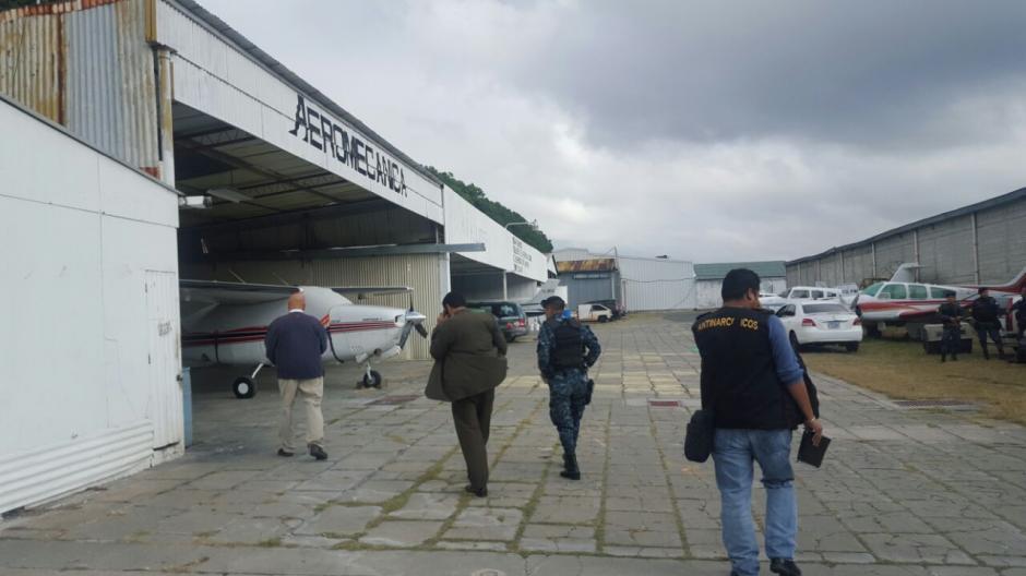 Varios allanamientos se desarrollan en los hangares de La Aurora. (Foto: PNC)