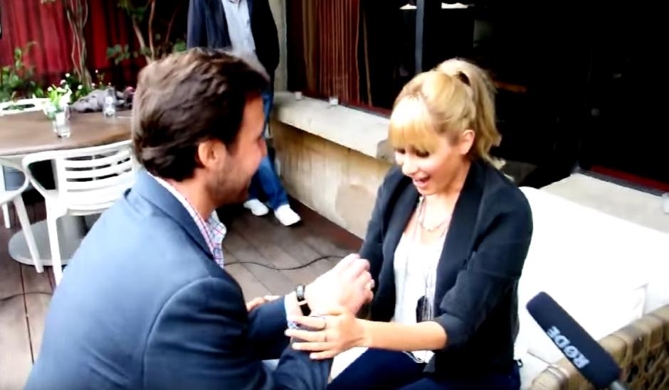 Juan Carlos se acercó al lugar donde el dúo se encontraba haciendo una entrevista. (Selene Mejía/Soy502)