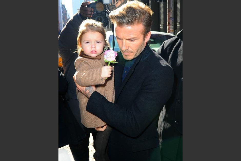 Imagen de David Beckham llevando en brazos a su hija Harper