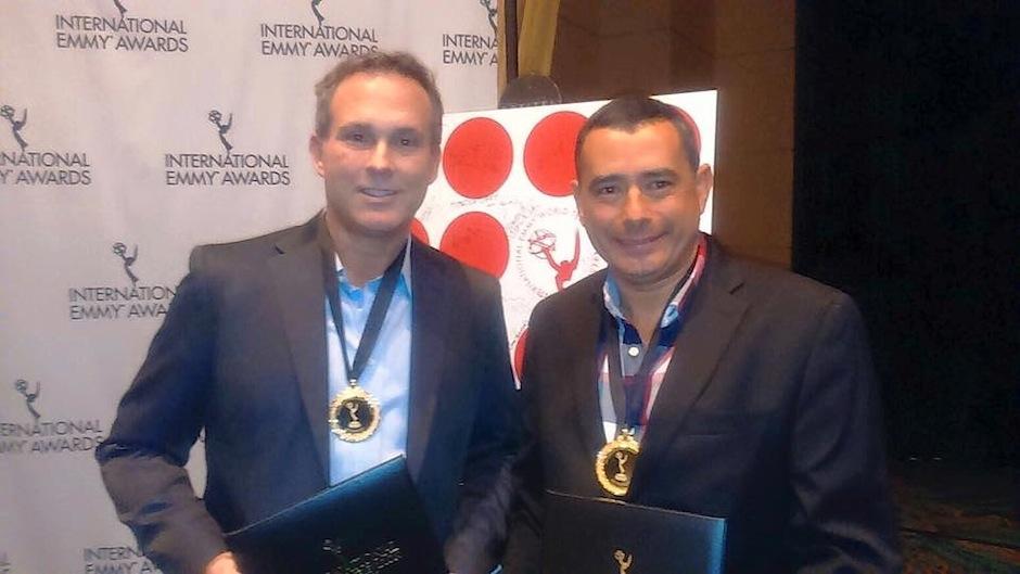 El destacado periodista guatemalteco Harris Whitbeck, junto a Mauricio Acosta reciben medallas por su nominación en los International Emmy Awards. (Foto: Harris Whitbeck fotos)