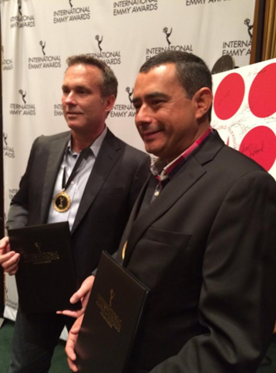 """Harris Whitbeck junto a Mauricio Acosta, productores del documental """"Narco Tec"""", recibiendo reconocimientos por su nominación. (Foto: International Emmy Awards oficial)"""