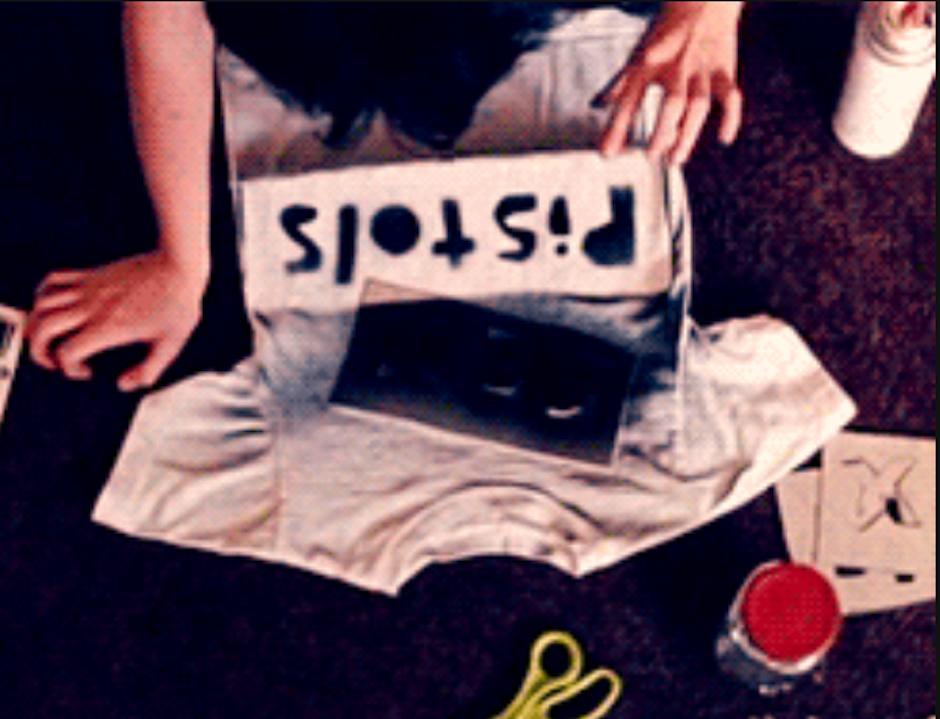 Fabrica tu propia playera, con laca negra y stencils de cartón cortados por ti. (Foto: The Runaways)