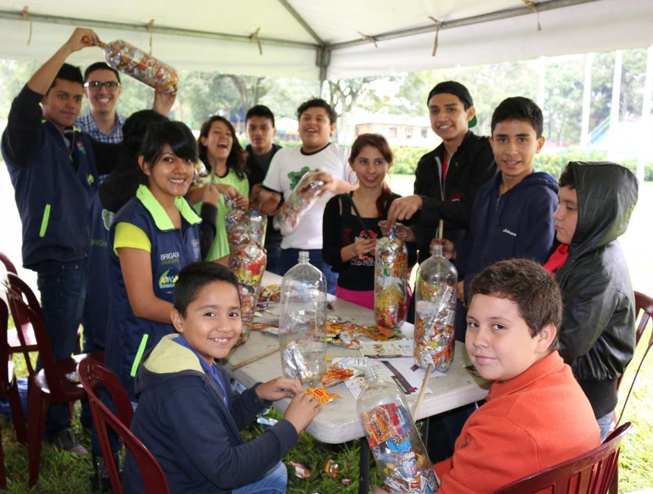 Los participantes en la elaboración del primer grupo de ecoladrillos son voluntarios del zoológico. (Foto: Agexport)