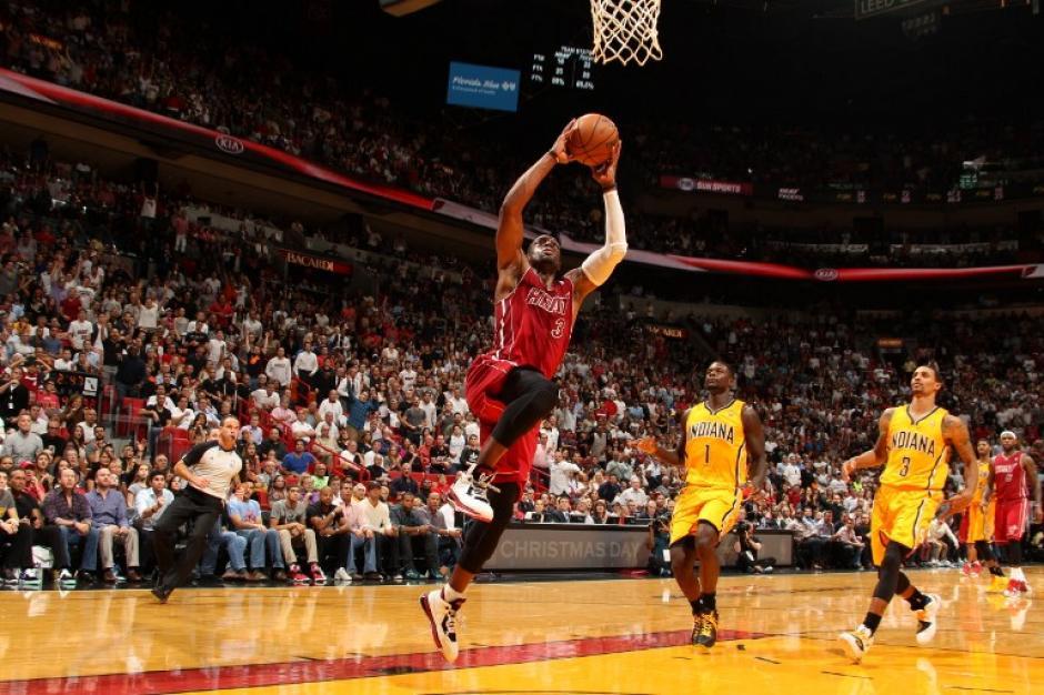 Dwayne Wade del Heat de Miami salta para anotar ante los Pacers de Indiana