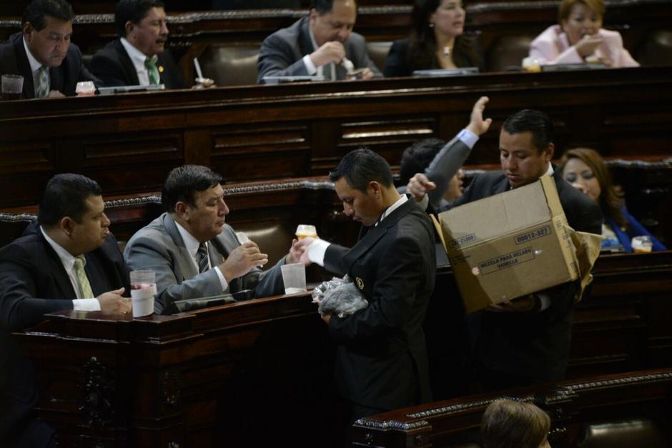 Los diputados recibieron un helado durante la citación. (Foto: Wilder López/Soy502)