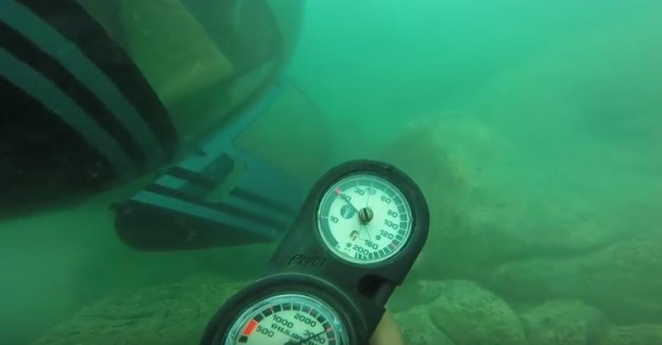 Un buzo explora el helicóptero que cayó al Lago de Atiltán. (Foto: Captura de YouTube)