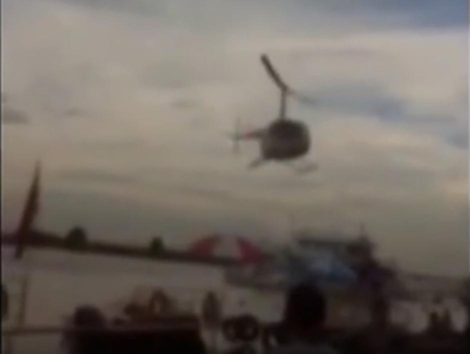 El piloto de un helicóptero perdió el control de la nave y cayó en un río. (Captura de pantalla: Incredible Videos/YouTube)