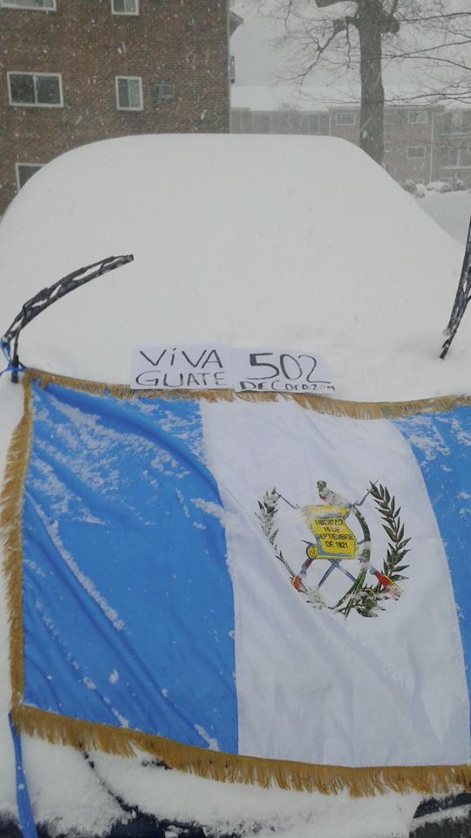 Nuestra Bandera exhibida por un 502 radicado en Nueva York. (Foto: Facebook/Henry Cabrera)