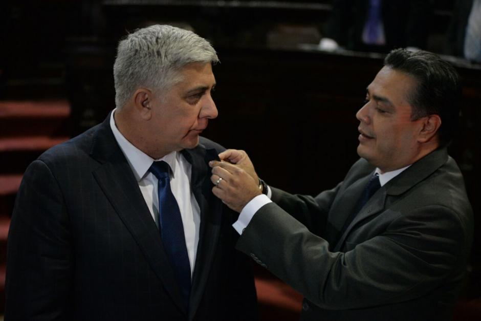 El jefe del bloque FCN, Javier Hernández, le impuso el pin de diputado a Melgar Padilla. (Foto: Wilder López/Soy502)