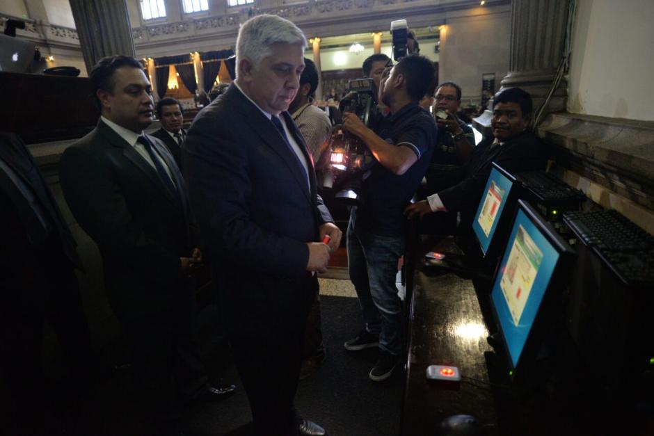 Melgar Padilla al momento de registrar sus huellas en el tablero del Congreso. (Foto: Wilder López/Soy502)