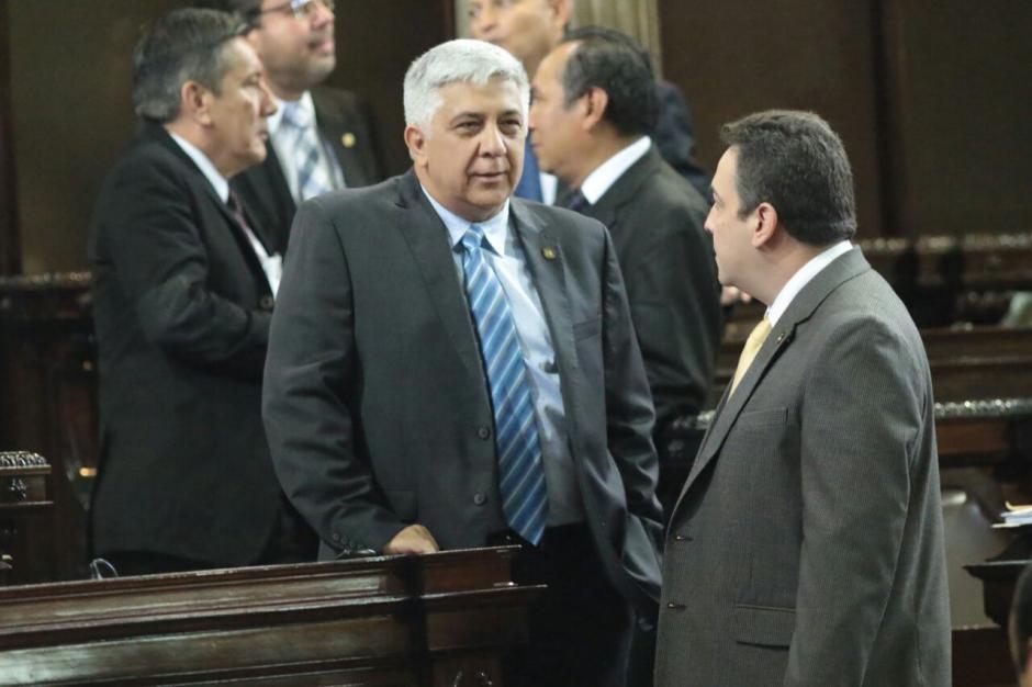 De inmediato, el nuevo diputado se acercó a conversar con parlamentarios de otras bancadas. (Foto: Alejandro Balán/Soy502)