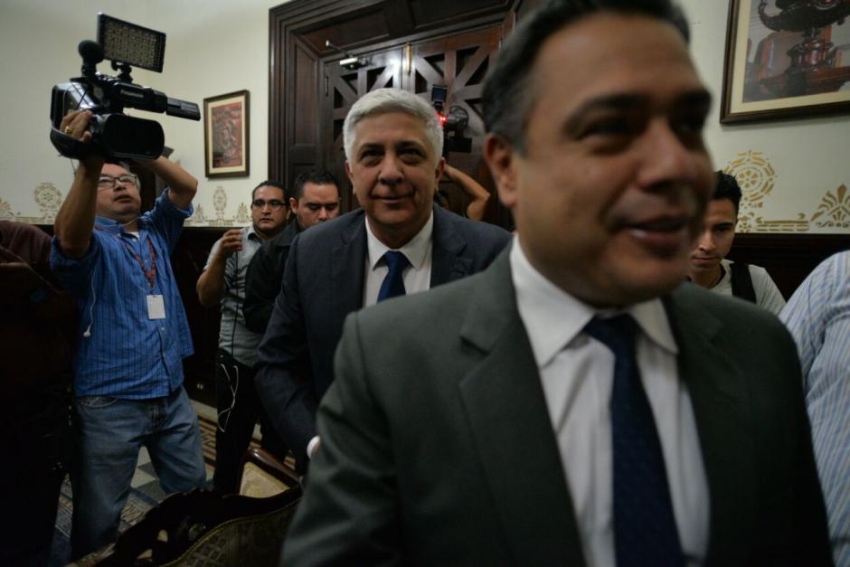 Previo a entrar al hemiciclo, Melgar Padilla se reunió con el jefe de la bancada FCN, Javier Hernández. (Foto: Wilder López/Soy502)