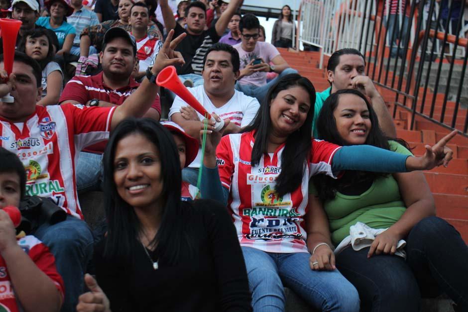 Los aficionados de Heredia cumplieron con su equipo y viajaron desde Izabal. (Foto: José Dávila/Soy502)